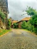 Cielo grigio nuvoloso in un villaggio francese di Ardeche Fotografie Stock
