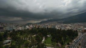 Cielo gris dramático de la nube de Timelapse sobre la ciudad grande moderna rodeada por las altas montañas almacen de metraje de vídeo