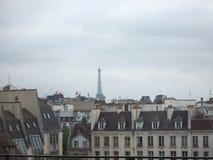 Cielo gris sobre los tejados de París en un día de primavera nublado debido encender en Notre Dame Cathedral imagen de archivo libre de regalías