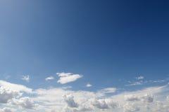 Cielo hermoso azul con las nubes blancas como la nieve de diversas formas, fondo Imagen de archivo libre de regalías