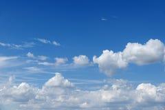 Cielo hermoso azul con las nubes blancas como la nieve de diversas formas, fondo Fotografía de archivo