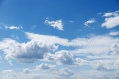 Cielo hermoso azul con las nubes blancas como la nieve de diversas formas, fondo Foto de archivo libre de regalías