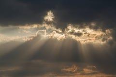 Cielo hermoso con la nube antes de la puesta del sol fotos de archivo
