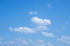 Cielo hermoso con las nubes adentro Imágenes de archivo libres de regalías