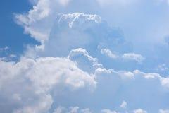 Cielo hermoso con las nubes adentro Foto de archivo