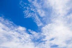 Cielo hermoso con las nubes cielo azul con la imagen grande de las nubes blancas imagen de archivo