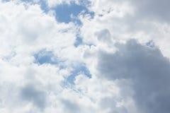 Cielo hermoso con las nubes fotografía de archivo