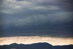 Cielo hermoso con las nubes azules imagen de archivo