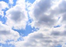 Cielo hermoso con las nubes blancas. Fotos de archivo