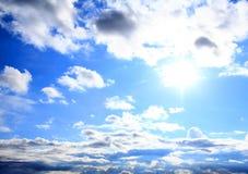Cielo hermoso con las nubes blancas. Imagenes de archivo