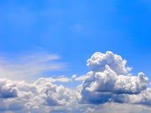Cielo hermoso con las nubes blancas. Imagen de archivo