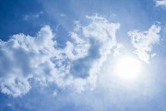 Cielo hermoso con las nubes y la luz del sol foto de archivo libre de regalías