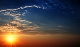 Cielo hermoso con las vigas solares. Fotos de archivo libres de regalías