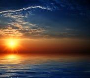 Cielo hermoso con las vigas solares en la reflexión. Imagen de archivo