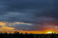 Cielo hermoso con luz del sol y nubes durante puesta del sol Foto de archivo libre de regalías