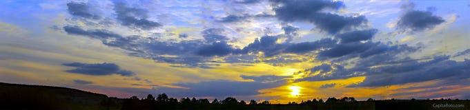 Cielo hermoso con luz del sol y nubes durante puesta del sol Imagen de archivo