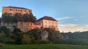 Cielo hermoso de la ciudad de Veszprem, castillo de la puesta del sol del paisaje foto de archivo
