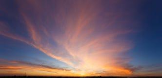 Cielo hermoso de la puesta del sol con sorprender las nubes coloridas Foto de archivo