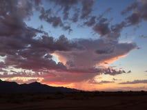 Cielo hermoso de la puesta del sol con una tempestad de truenos distante fotos de archivo libres de regalías
