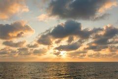 Cielo hermoso de la puesta del sol sobre el mar de Andaman foto de archivo