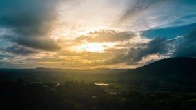 Cielo hermoso de la puesta del sol sobre el valle verde