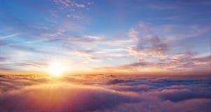 Cielo hermoso de la puesta del sol sobre las nubes foto de archivo