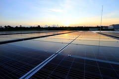 Cielo hermoso de la puesta del sol del tejado solar del picovoltio foto de archivo libre de regalías