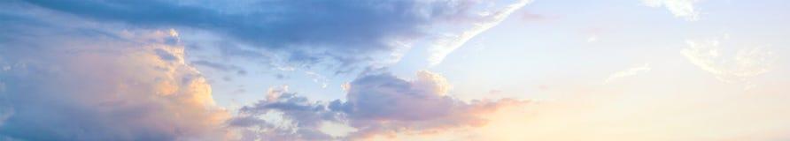 Cielo hermoso de la puesta del sol, visión panorámica fotografía de archivo libre de regalías