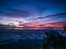 Cielo hermoso de la salida del sol con el acantilado rocoso por la mañana en la montaña de Khao Luang en el parque nacional de Ra fotografía de archivo