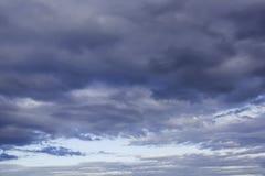 Cielo hermoso de la tarde del contraste con textura gris de las nubes de trueno fotografía de archivo