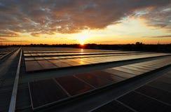 Cielo hermoso del picovoltio de la salida del sol solar del tejado imagen de archivo