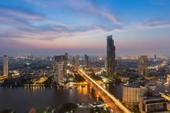 Cielo hermoso después de la puesta del sol, de la visión aérea sobre el río del centro de la ciudad de la ciudad y de la tubería  Foto de archivo