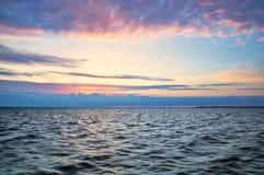 Cielo hermoso en la costa, el mar y el océano, amanecer fotografía de archivo