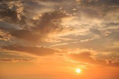 Cielo hermoso en tiempo de la salida del sol foto de archivo libre de regalías
