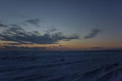 Cielo hermoso oscuro Puesta del sol Sun Nubes flotantes rápidas puesta del sol escarchada del invierno real en el campo Imagenes de archivo