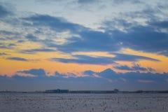 Cielo hermoso oscuro Puesta del sol Sun Nubes flotantes rápidas puesta del sol escarchada del invierno real en el campo Imagen de archivo