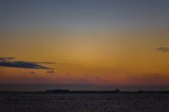 Cielo hermoso oscuro Puesta del sol Sun Nubes flotantes rápidas puesta del sol escarchada del invierno real en el campo couds de  Foto de archivo