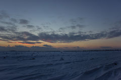 Cielo hermoso oscuro Puesta del sol Sun Nubes flotantes rápidas puesta del sol escarchada del invierno real en el campo couds del Imagen de archivo