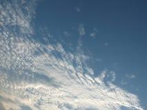 Cielo hermoso por la tarde, nubes flotantes, blanco fresco cuando el sol va a ocultar el horizonte foto de archivo