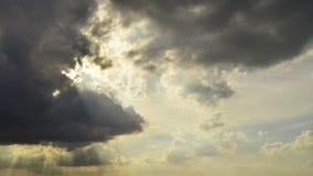 Cielo hermoso por la tarde, oscuridad de torneado del cielo Nubes negras que se mueven adentro a la escena almacen de video