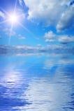 Cielo hermoso reflejado en el mar. Fotografía de archivo libre de regalías