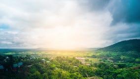 Cielo hermoso sobre el valle verde