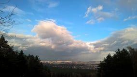 Cielo hermoso sobre la ciudad polaca fotos de archivo