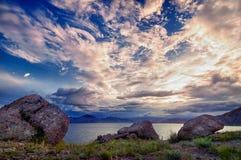 Cielo hermoso sobre la montaña y el mar Imagen de archivo