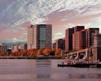 Cielo hermoso sobre los edificios de Boston que muestran reflexiones en Charles River Imagenes de archivo