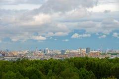 Cielo hermoso y grande sobre el centro de ciudad Fotos de archivo libres de regalías