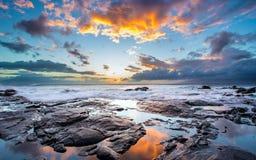Cielo hermoso y orilla rocosa en la isla de Maui, Hawaii Imágenes de archivo libres de regalías