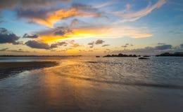 Cielo hermoso y puesta del sol en el amanecer Foto de archivo libre de regalías