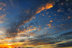 Cielo hermoso, y puesta del sol por la tarde Foto de archivo libre de regalías