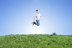 Cielo, hierba y hombre feliz imagen de archivo libre de regalías